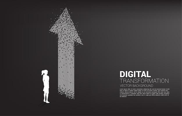 Siluetta della donna di affari che sta con la freccia dal pixel. banner della trasformazione digitale del business.