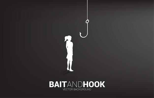 Siluetta della donna di affari che sta con il gancio di pesca. concetto di esca e gancio negli affari.