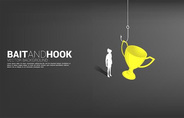 Silhouette di donna d'affari in piedi con amo da pesca con trofeo. concetto di esca e gancio in premi aziendali.