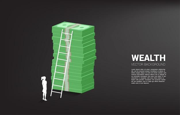 Siluetta della donna di affari che sta con la pila di banconota e di scala