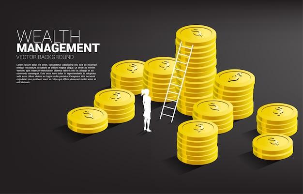 Donna di affari della siluetta che sta con la moneta e la scala della pila. investimenti di successo e crescita negli affari
