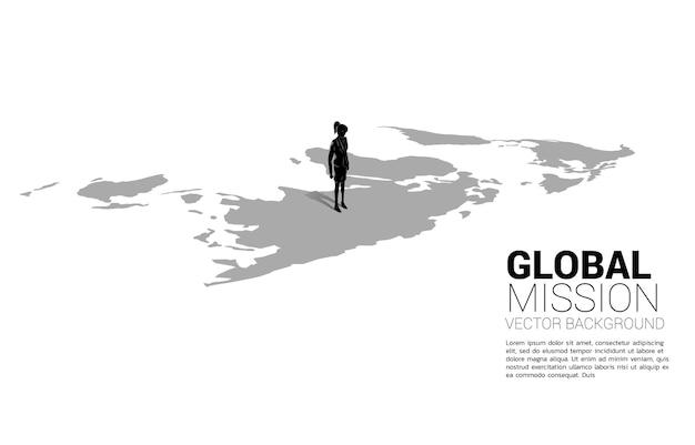 Silhouette di imprenditrice in piedi sulla mappa del mondo
