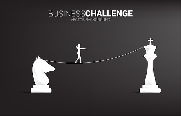 Siluetta della donna di affari che cammina sul modo della passeggiata della corda dal cavaliere al re scacchi. concetto per la sfida e la strategia di affari