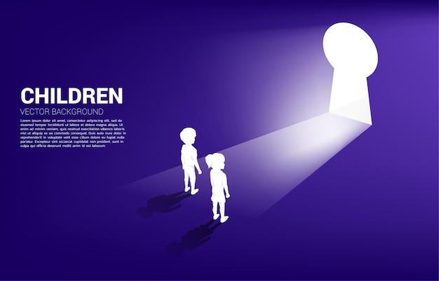 Siluetta del bambino pronto a trasferirsi alla porta del buco della serratura. bandiera dell'educazione e dell'apprendimento dei bambini.