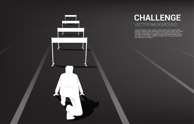 Silhouette uomo pronto a correre attraverso ostacoli ostacolo