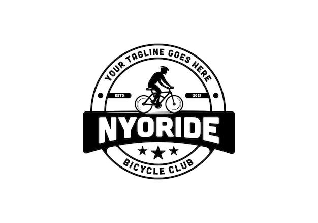 Siluetta di un uomo che guida una bicicletta. ispirazione per il modello di progettazione del logo del club di biciclette vintage