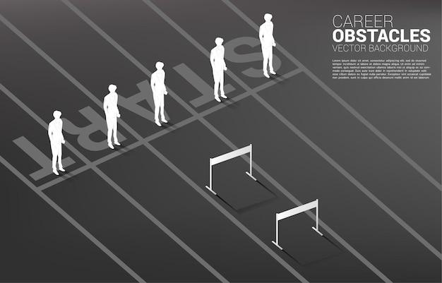 Sagoma uno dell'uomo d'affari in piedi con l'ostacolo degli ostacoli.
