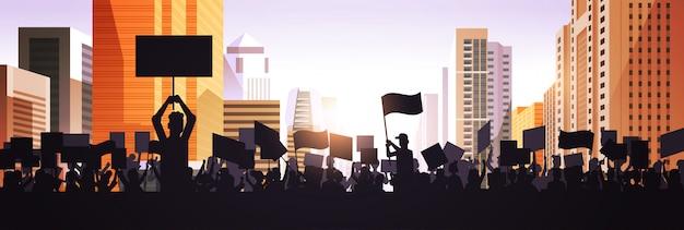 Silhouette di persone folla manifestanti in possesso di manifesti di protesta uomini donne con cartelli di voto in bianco dimostrazione discorso libertà politica concetto paesaggio urbano sfondo ritratto orizzontale