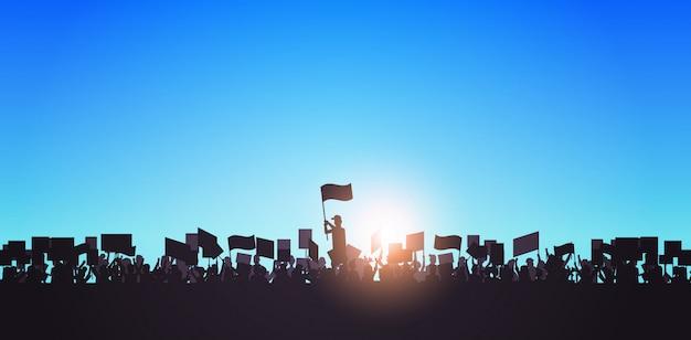 Silhouette di persone folla manifestanti in possesso di manifesti di protesta uomini donne con cartelli di voto in bianco dimostrazione discorso libertà politica concetto ritratto orizzontale