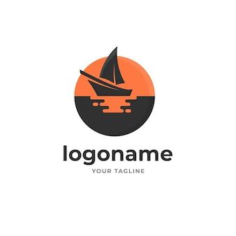 Silhouette barca a vela con riflesso del sole sul logo del mare stile sfumato per turismo pesca sport e trasporto
