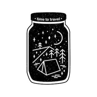 Scena silhouette con montagne, tende e pini