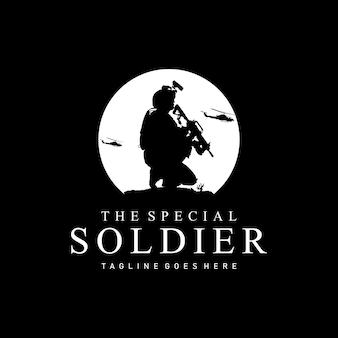 Silhouette di soldati al logo del comandante di guerra che trasportano armi