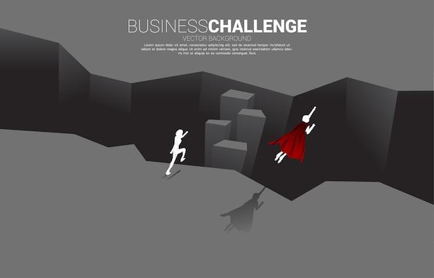 La siluetta del supereroe sorvola l'abisso. concetto di sfida aziendale e coraggio uomo