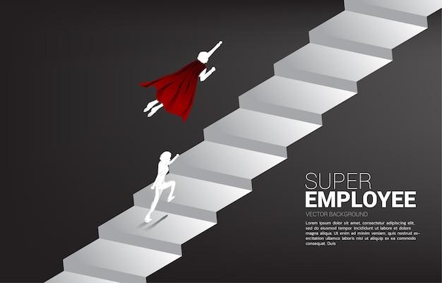 La siluetta del volo del supereroe corre fino alle scale. concetto di spinta e crescita nel business.