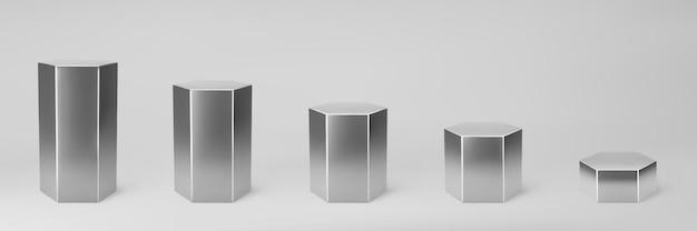 Argento 3d esagono set vista frontale e livelli con prospettiva isolato su sfondo grigio. colonna esagonale, tubo in acciaio cromato, palcoscenici museali, piedistalli o podio del prodotto. vettore di forme geometriche 3d