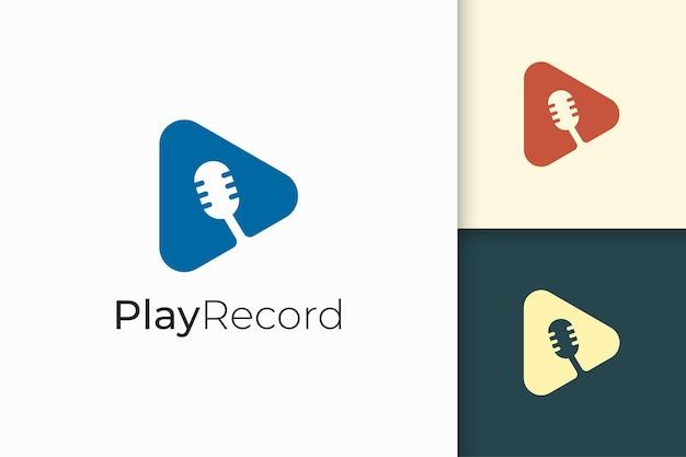 Logo del microfono semplice con forma di riproduzione per podcast o studio