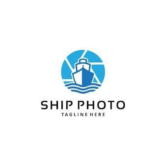 Illustrazione semplice e moderna trasporto della nave dhow della barca a vela con il design del logo della fotografia dell'obiettivo
