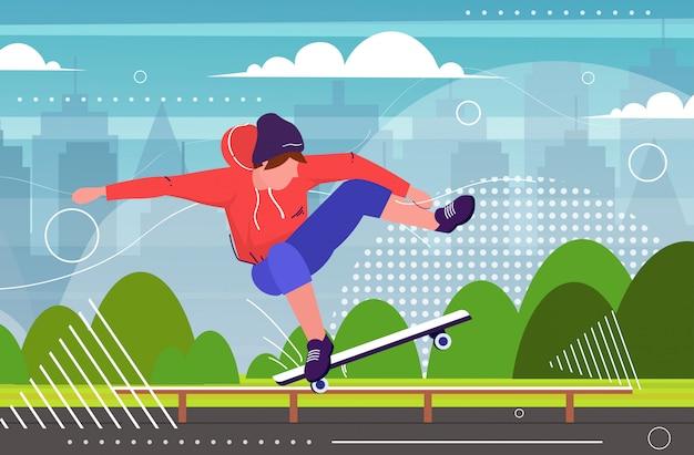 Pattinatore che esegue acrobazie nel parco pubblico di skateboard con rampa per adolescente maschio skateboard