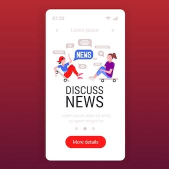 Pattinatori coppia seduta su skateboard discutendo notizie quotidiane chat bolla concetto di comunicazione. modello di app mobile dello schermo dello smartphone