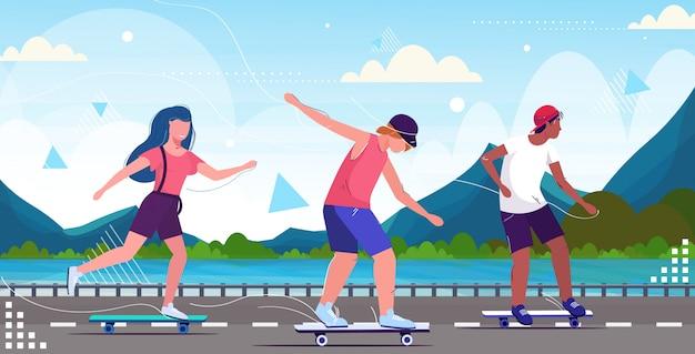 Pattinatori che eseguono acrobazie sul concetto di skateboard strada asfaltata lungomare