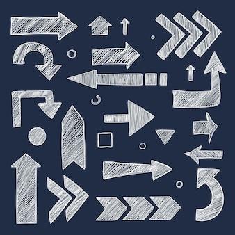 Frecce di schizzo. raccolta di simboli di direzione di immagini di gesso disegnato a mano.
