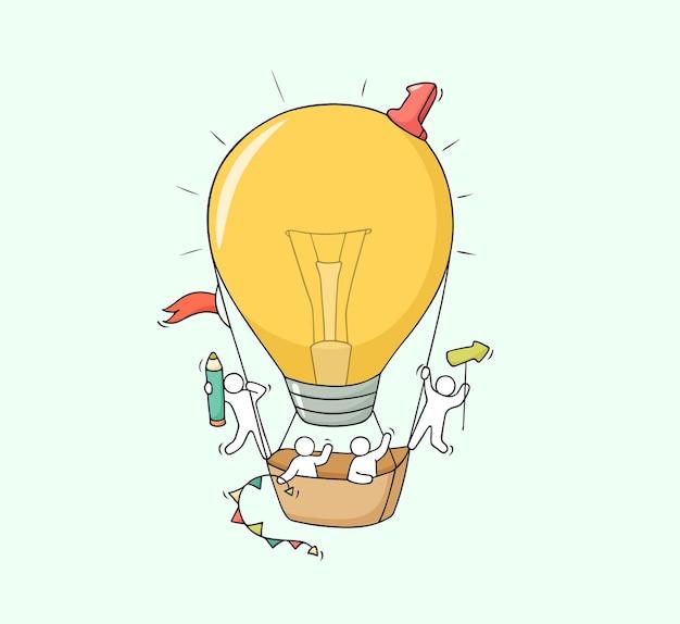 Schizzo di piccole persone che lavorano con l'idea di una lampada volante. doodle carino scena in miniatura di lavoratori creativi. illustrazione di vettore del fumetto disegnato a mano per progettazione aziendale e infografica.