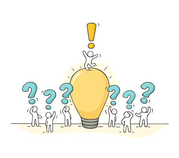 Schizzo di piccole persone che lavorano con l'idea della lampada. doodle carino scena in miniatura di lavoratori creativi. illustrazione di vettore del fumetto disegnato a mano per progettazione aziendale e infografica.