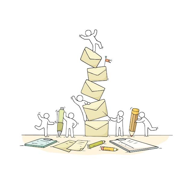 Schizzo di piccole persone che lavorano con molte lettere. doodle carino scena in miniatura di lavoratori su scartoffie.