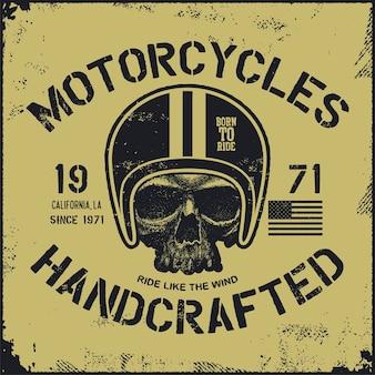 Motociclista del cranio nel casco. disegnato a mano. illustrazione della composizione.
