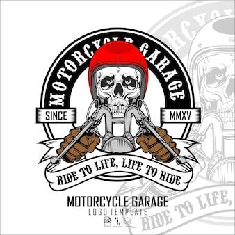 Modello di logo del motociclista con teschioe
