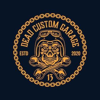 Logo del distintivo del motociclo del garage del motociclista della catena del casco del teschio