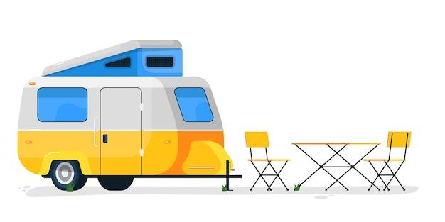 Piccolo rimorchio da campeggio. casa mobile camper con tavolo e sedie da campeggio. trasporto con rimorchio per camper per viaggi e vacanze