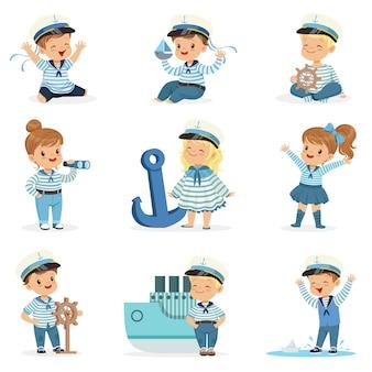 Piccoli bambini in costumi da marinaio che sognano di navigare in mare, giocando con i giocattoli personaggi dei cartoni animati adorabili