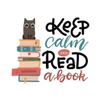 Gatto intelligente seduto nella pila di libri, mantenere la calma e leggere una citazione di lettere del libro