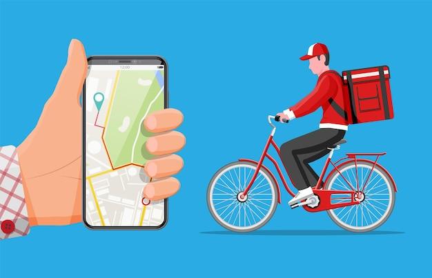 Smartphone con app e uomo che va in bicicletta con la scatola. concetto di consegna veloce in città. corriere maschio con cassetta dei pacchi sulla schiena con merci e prodotti. cartoon piatto illustrazione vettoriale