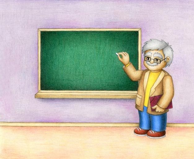 L'insegnante carismatico sorridente è in piedi vicino alla lavagna verde vuota e tiene un gesso in una mano.