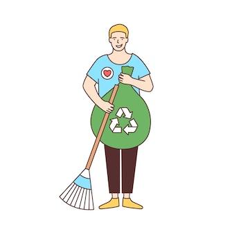 Volontario maschio sorridente con scopa e borsa per il riciclaggio che spazza strada isolata su bianco