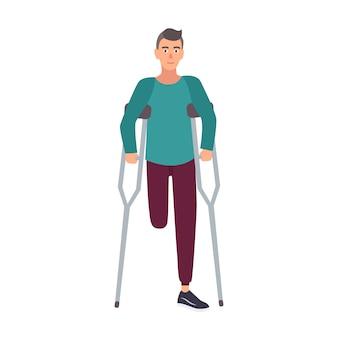 Uomo o ragazzo con una gamba sola sorridente con la gamba amputata che sta o che cammina con le stampelle.