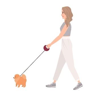 Sorridente giovane donna vestita di abbigliamento casual cane a piedi al guinzaglio. bella ragazza che svolge attività all'aperto con il suo animale domestico o animale domestico. illustrazione vettoriale colorato in stile cartone animato piatto.