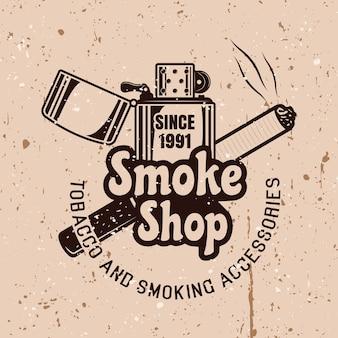 Emblema di vettore del negozio di fumo in stile vintage con accendino e sigaretta su sfondo con texture grunge