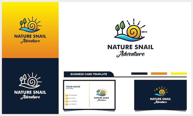 Lumaca con concetto di design del logo di avventura naturale e modello di biglietto da visita