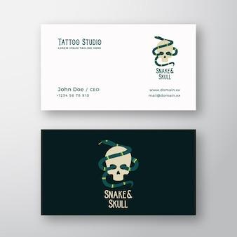 Serpente e teschio astratto moderno vettore logo e modello di biglietto da visita tattoo studio stile piatto illu...