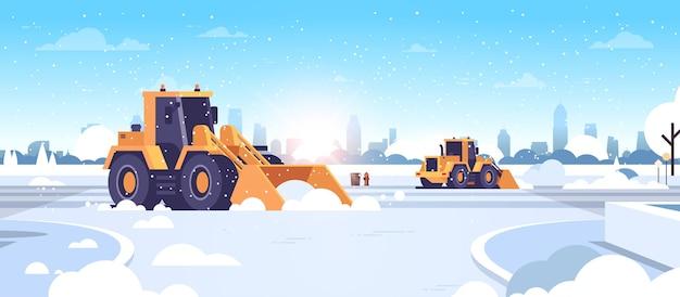 Trattori spazzaneve pulizia strade innevate della città strade invernali concetto di rimozione della neve paesaggio urbano moderno sole piatto orizzontale illustrazione vettoriale