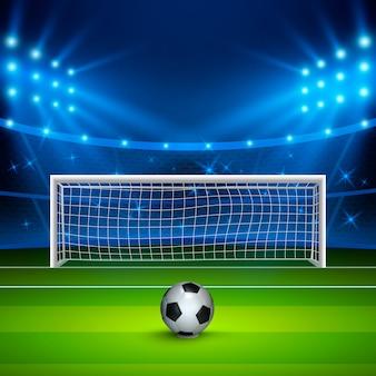 Pallone da calcio sul campo di calcio verde sullo stadio, arena nella notte illuminata faretti luminosi.
