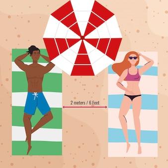 Social distanza in spiaggia, coppia mantenere la distanza sdraiata abbronzatura, nuovo concetto di spiaggia estiva normale dopo coronavirus o covid 19