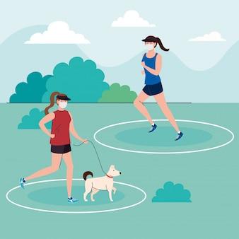 Distanza sociale, donne che indossano mascherina medica, praticare sport all'aria aperta con la mascotte del cane, prevenzione del coronavirus covid 19