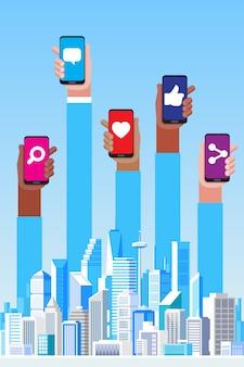 Concetto di social media. grattacieli e illustrazione delle mani
