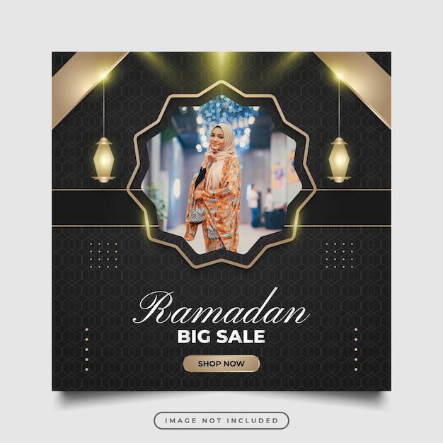 Social media post o modello di banner in concetto nero e oro per la promozione della vendita di ramadan con decorazioni di lusso e lanterne d'oro
