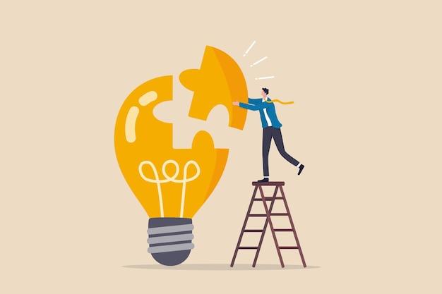 Risolvi il problema aziendale con la creatività, la finitura o completa un'idea brillante, una soluzione di lavoro o un concetto di idea imprenditoriale, un uomo d'affari intelligente assembla l'ultimo pezzo di puzzle per completare il puzzle dell'idea della lampadina.