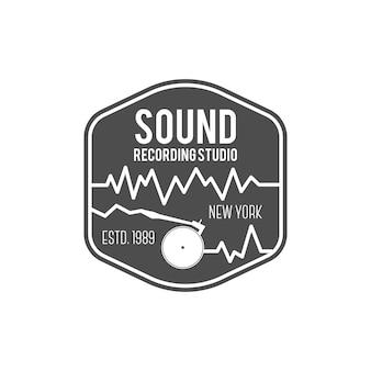 Suono, etichetta vettoriale studio di registrazione, distintivo, logo emblema con strumento musicale. stock illustrazione vettoriale isolato su sfondo bianco.